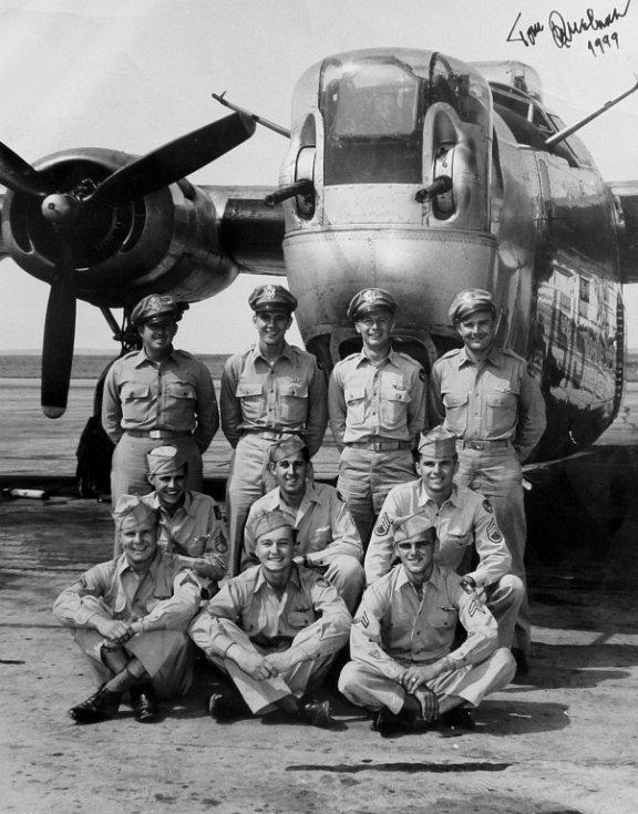 Posádka letounu B-24J Liberator velitele 2/Lt. T. Westa (stojící vlevo), vedle něj stojí 2/Lt. Qualman, 2/Lt. Noesges a 2/Lt. Kasold. Zleva dřepí S/Sgt. Deibert, Sgt. Ross a S/Sgt. Mergo. Zleva sedí Cpl. Yesia, Sgt. Doe a Sgt. Gaul.