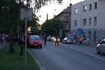 Přerovští policisté museli vyjíždět dvakrát po sobě do romské čtvrti u nádraží. (Snímek z pátečního večera, kdy zasahovali u prvního konfliktu).