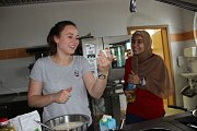 Jak se vaří v Egyptě, Íránu nebo Rusku? Střední škola gastronomie a služeb v Přerově  hostí v těchto dnech studenty ze zahraničí, kteří vařili ve čtvrtek v kuchyni restaurace Bečva tradiční jídla své kuchyně.