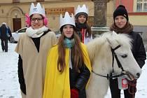 Zhruba třicet dobrovolníků vyrazilo v neděli 3. ledna po mši v kostele svatého Vavřince koledovat – ve skupinkách po třech, s pláštěmi a papírovými korunkami zahájili v Přerově Tříkrálovou sbírku.