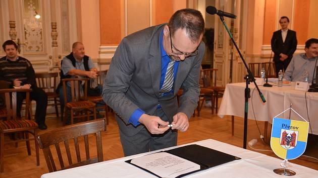Novým přerovským zastupitelem se stal po Richardu Šlechtovi, který nedávno rezignoval na svou funkci, Martin Švadlenka z České pirátské strany. V úvodu pondělního jednání složil slavnostní slib.