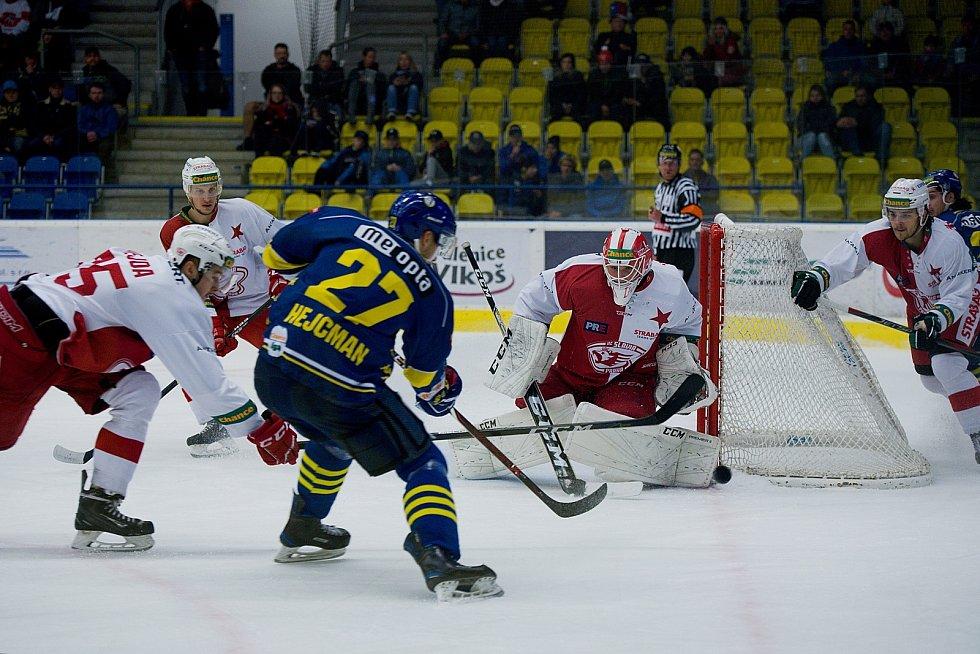Hokejisté Přerova (v modrém) porazili pražskou Slavii 5:0.
