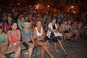 Slavnostní rytířský turnaj, na který museli kvůli ohňovým efektům dohlížet také hasiči, obdivovali v sobotu večer lidé na náměstí T. G. Masaryka.