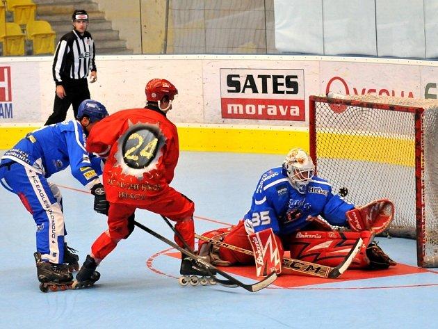 Přerovští inline hokejisté (v červeném) proti olomouckým Eagles