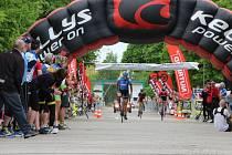 15. ročník cyklomaratonu Mamut Tour v sobotu finišoval na přerovském výstavišti. Vítěz hlavní kategorie Jan Svoboda projíždí cílem.