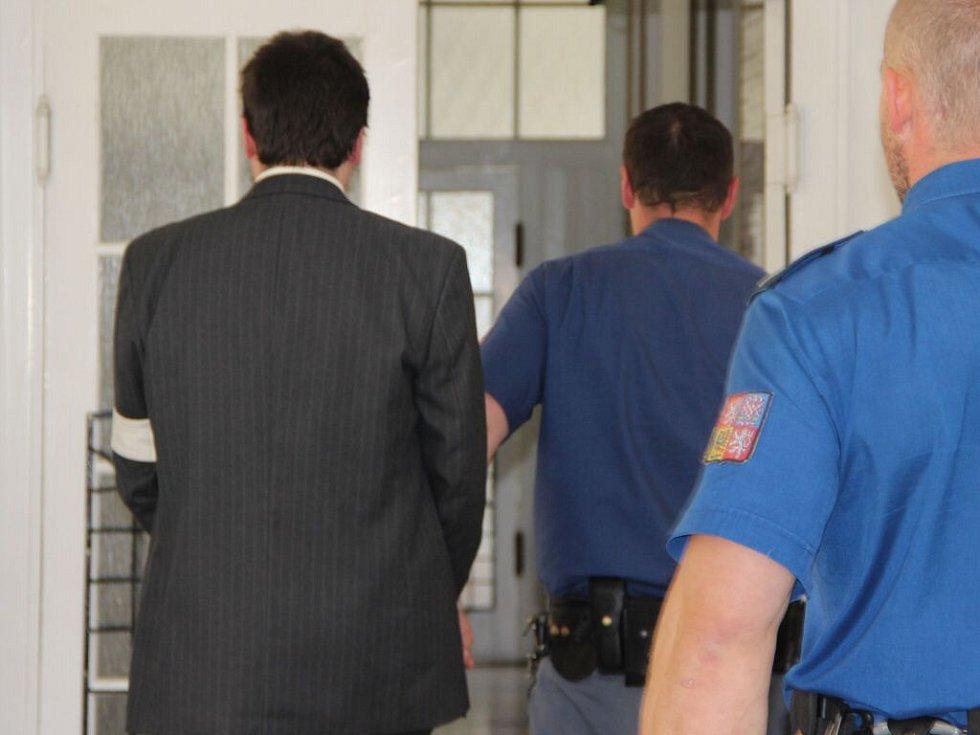Okresní soud v Přerově ve čtvrtek odpoledne rozhodl o prodloužení vazby Pavla Nárožného, který je obžalován z přípravy vraždy.