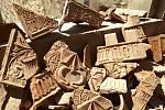 Bádání archeologů během rekonstrukce renesančního paláce na Helfštýně. Zlomky komorových pozdně gotických reliéfně zdobených kamnových kachlů.