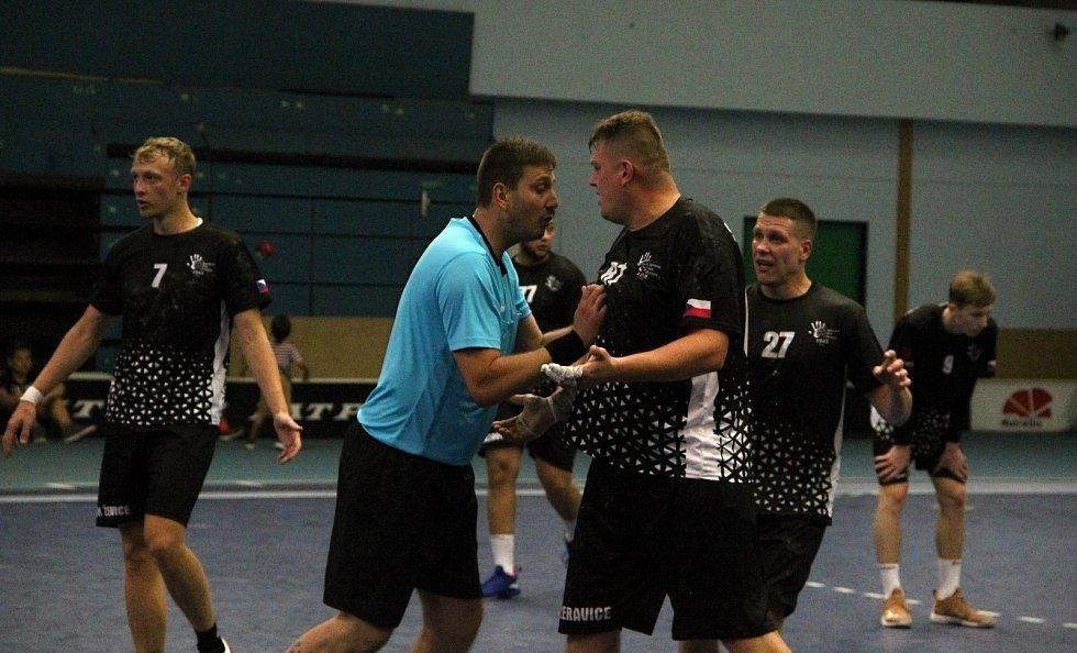 Házenkáři Žeravic (v černém) v pohárovém utkání s Bystřicí pod Hostýnem. Emoce v závěru.