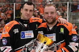Česká dvojice Josef Hrabal a Marek Trončinský po zisku britského poháru v roce 2020.