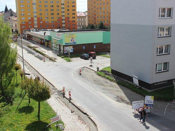 Stavební ruch vládne vPalacké ulici, která je pro automobilovou dopravu uzavřena. Obtížně se dostávají lidé ido zdejších obchodů.