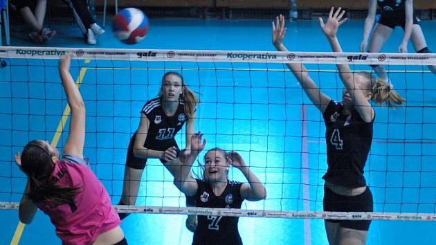 Starší žáčky Přerovského volejbalového klubu (v černém) obsadili na domácím šampionátu čtvrtou příčku.