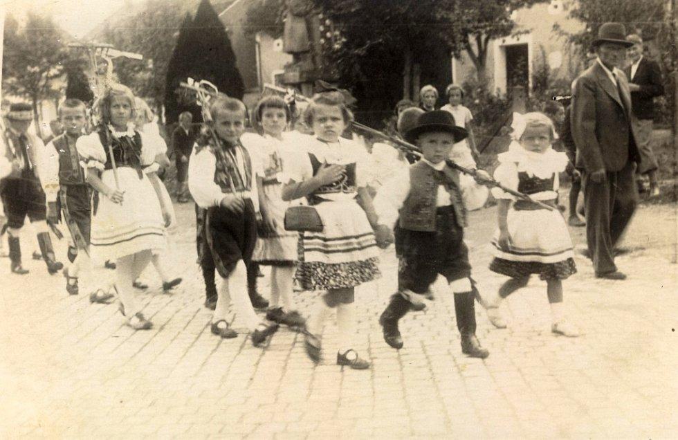 Dožínky byly v každé obci velkou událostí. V Rokytnici tato sláva již zanikla. Fotografie zachycující průvod děti v krojích kolem pomníku padlých pochází ze srpna 1938.