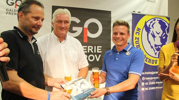 Hokejisté HC Zubr v OC Galerie Přerov pokřtili knihu k 90 letům přerovského hokeje, představili nové dresy a ochotně se podepisovali fanouškům.