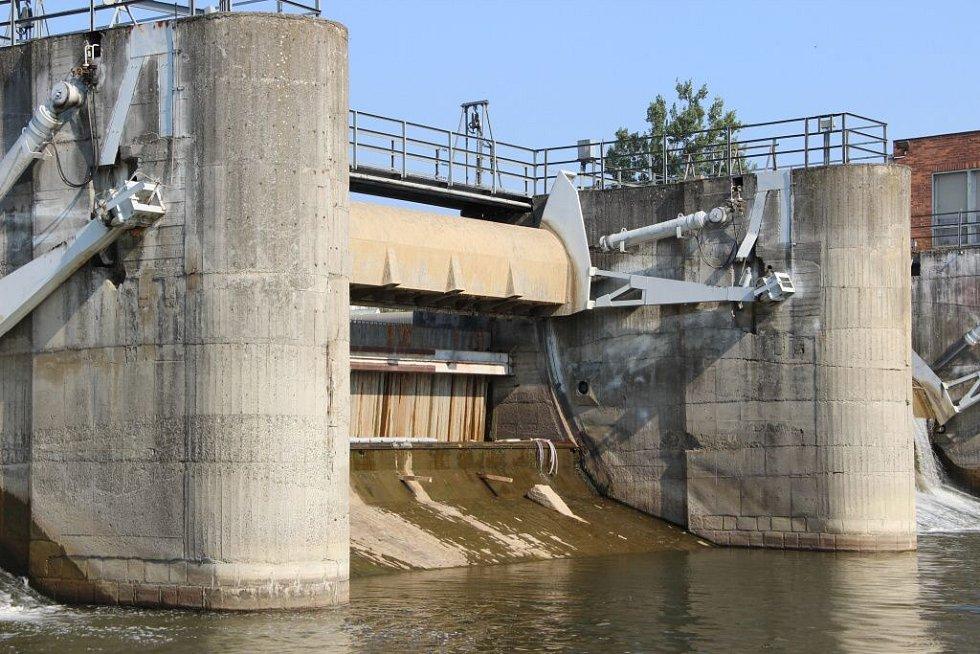 Vody na přerovském jezu v posledních dnech výrazně ubylo a Bečva v těchto místech vysychá.