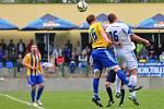 Fotbalisté Kozlovic (ve žluto-modrém) proti Petrovicím