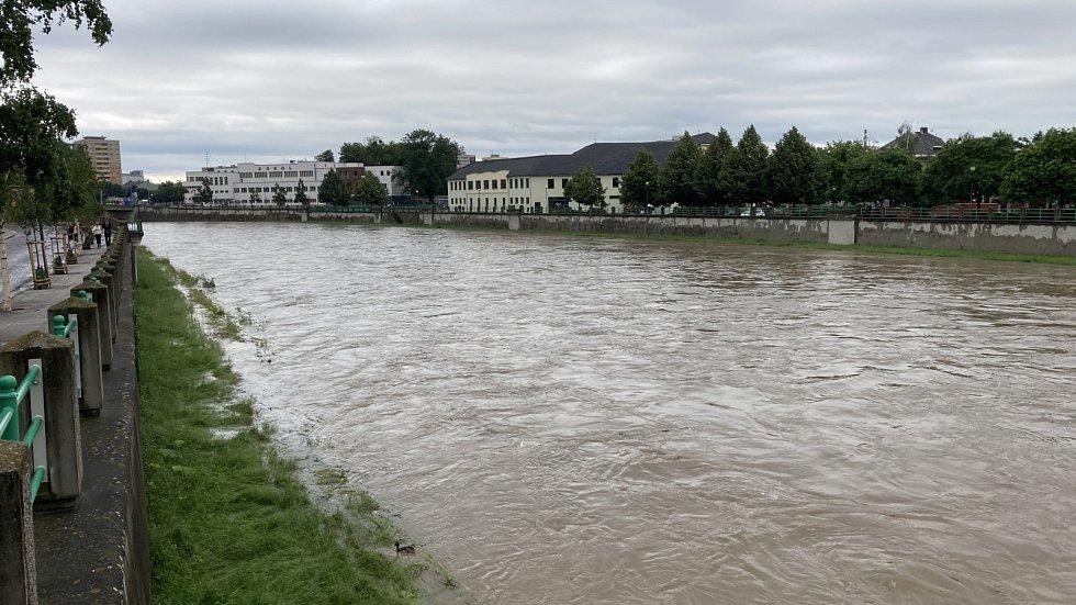 Řeka Bečva v Přerově v neděli 21. června mezi 15. a 16. hodinou.