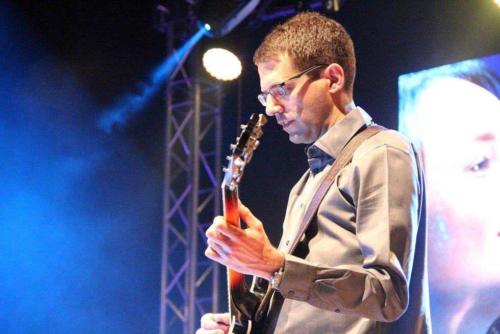 Marta Kloučková, kterou doprovodili kytarista David Dorůžka a Clarinet Factory.