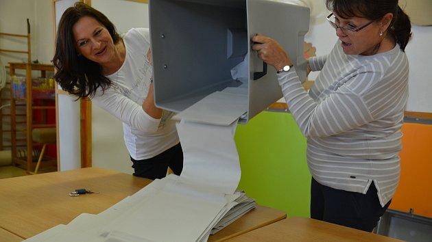 Volební místnosti na Přerovsku se zavřely - a okrskové volební komise začaly s přepočítáváním hlasů. Například v okrsku v budově mateřské školy nedaleko přerovského hřbitova byla účast slušná - 44 procent.