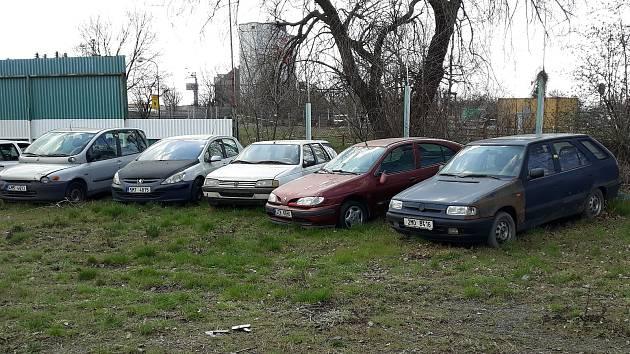 Odtažené vraky většinou končí na záchytném parkovišti v Teličkově ulici.
