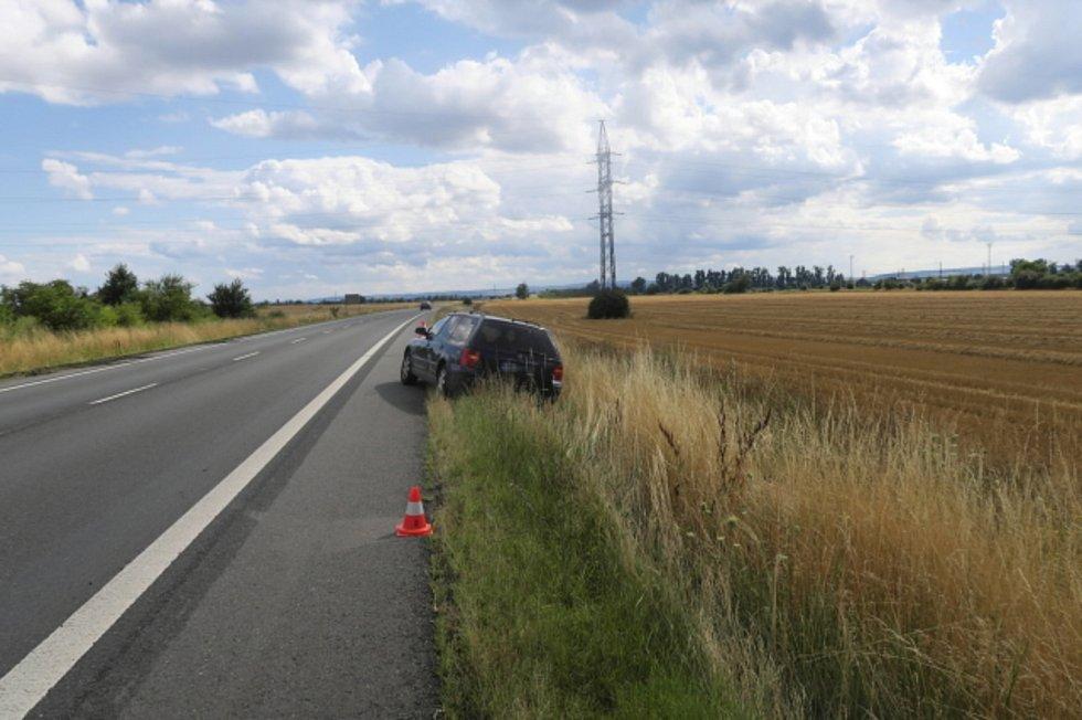 Strojkou vkrvi jízdu autem nezvládla a skončila mimo silnici.