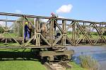 Ukázkou přemostění řeky Moravy ve čtvrtek 18. září vyvrcholil třítýdenní výcvik ve výstavbě provizorních mostů v Kojetíně