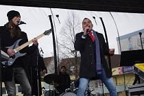 Na Štědrý den si letos Přerované mohli opět vybrat ze dvou vánočních koncertů. Na náměstí TGM zahrála kapela Revox. Před Obchodním centrem Galerie Přerov zazpíval Pavel Novák.