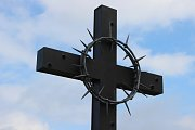 Čtyři metry vysoká kovaná plastika kříže z dílny uměleckého kováře Jiřího Jurdy ml., kterou ukotvili dělníci u lesíku na Švédských šancích, připomíná hrůzný masakr před třiasedmdesáti lety.