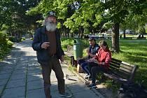 Na náměstí Přerovského povstání, které je hlavní spojnicí mezi centrem a nákupní galerií, to v poslední době žije. Jeden z bezdomovců přespává i u budovy bývalé zdravotnické školy.