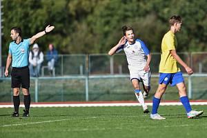 Divizní derby mezi fotbalisty Přerova (v bílém) a Kozlovicemi. Daniel Řezník slaví gól na 3:0.