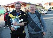Manažer Sokol Plumlov František Kocourek (vlevo) s předsedou Krajského fotbalového svazu Stanislavem Kalábem. 10.5. 2019