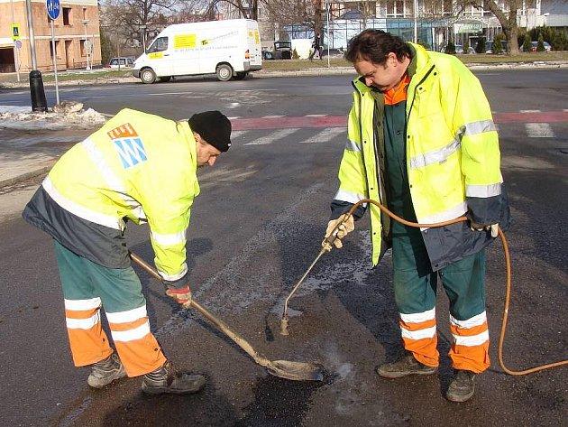 Pracovníci technických služeb opravují výtluky na silnicích v Přerově