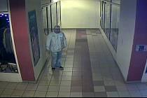 Neznámý vandal poničil loni v listopadu dveře obchodního centra Trumf v Přerově. Policie hledá svědky, kteří se v té době pohybovali na místě, a mohli by si něčeho důležitého všimnout. Zachytily je bezpečnostní kamery.