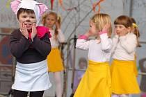 Děti z mateřské školy Mateřídouška v Předmostí při velikonočním vystoupení na náměstí TGM