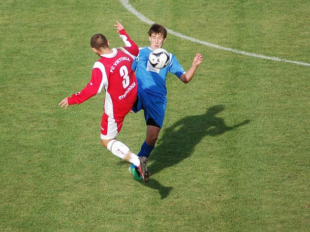 1.FC Viktorie Přerov (v modrém) proti FC Viktoria Otrokovice