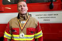 Přerovský profesionální hasič Martin Plšek přivezl z mistrovství světa TFA ve štafetě zlatou medaili.