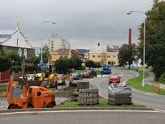 Část okružní křižovatky v Lipníku nad Bečvou bude průjezdná, v Piaristické ulici bude od září obousměrný provoz.
