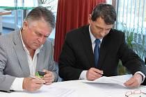 Prezident TK Precolor Plus Přerov Petr Huťka starší (vlevo) podepisuje smlouvu s Olomouckým krajem, který zastupoval hejtman Radovan Rašťák.