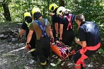 Náročný transport zraněné ženy, která si v sobotu odpoledne zlomila nohu ve skalách u zříceniny hradu Puchart na Potštátsku, mají za sebou hasiči. Zraněnou transportovali s pomocí nosítek.