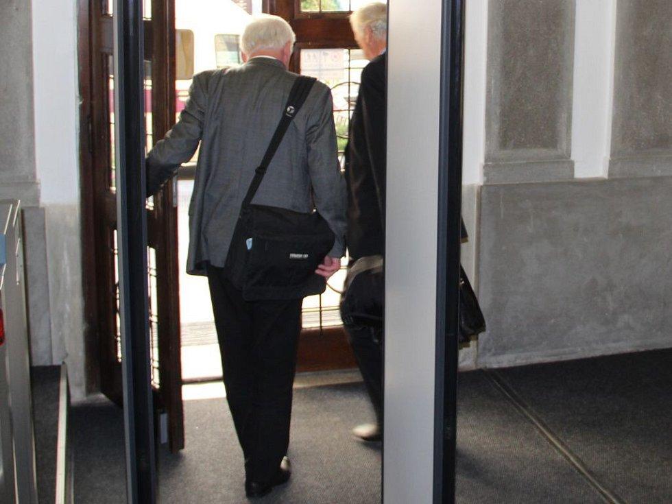 Bývalý katolický kněz Vladimír Krejsa při odchodu od přerovského okresního soudu