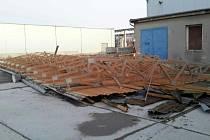 Následky bouře Sabine v Tovačově, kde vichr strhl střechu haly.