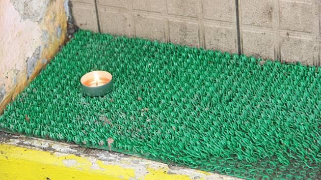 Tragédii, která se stala v pátek v noci před barem Lumír v Přerově, připomíná zapálená svíčka na schodech.