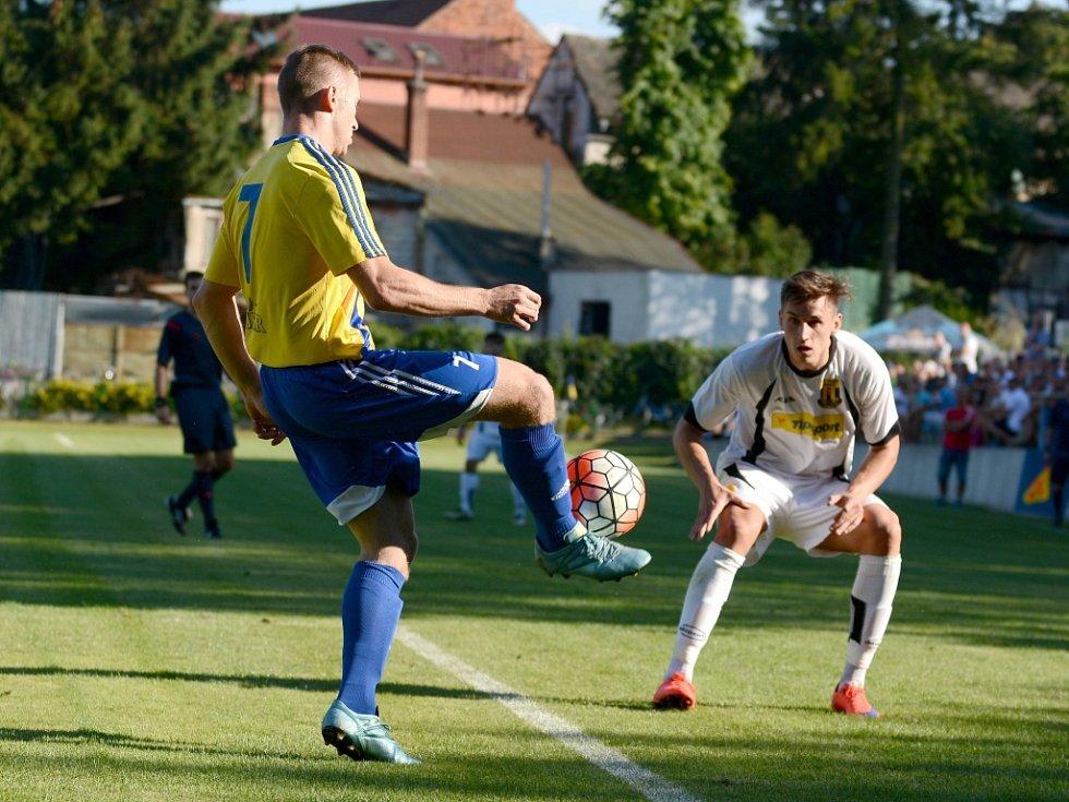 Fotbalisté Kozlovic (v pruhovaném) proti Novým Sadům.