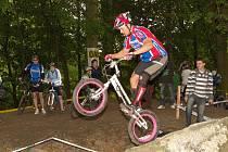 Adam Procházka se po dlouhé pauze, zaviněné zraněním kolene, k biketrialu opět vrátil a jeho forma má zdá se stoupající tendenci.