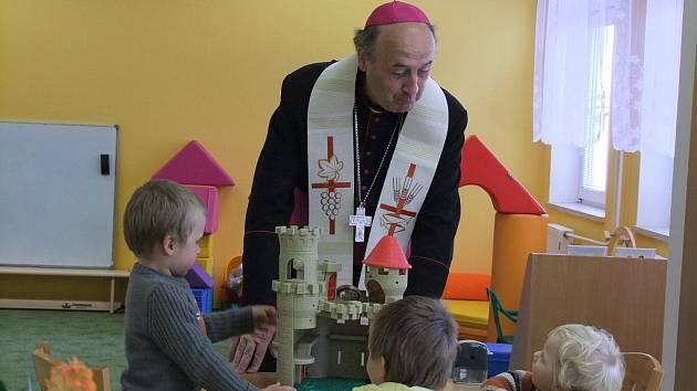 Olomoucký arcibiskup Jan Graubner při slavnostním otevření církevní mateřské školky v Palackého ulici v Přerově