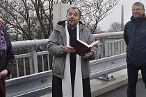Dvěma nově postaveným mostům, které vedou k chemičce, požehnal přerovský farář Josef Rosenberg.