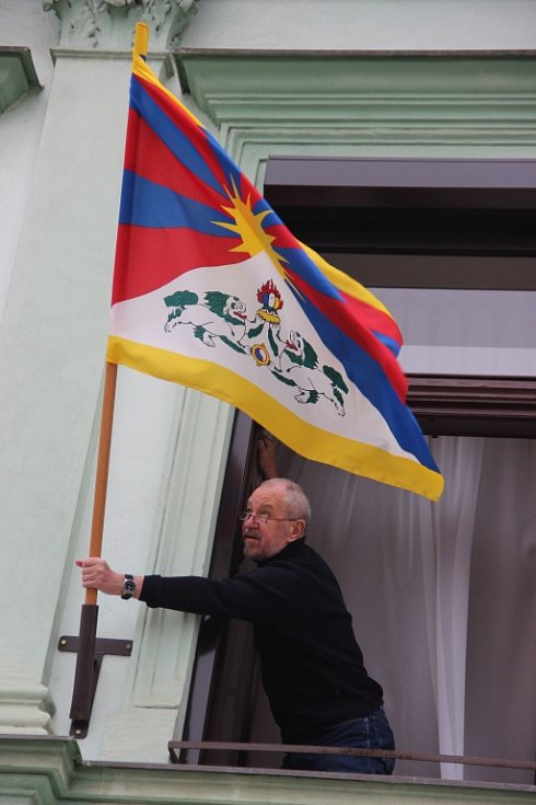 Na radnici v Přerově vyvěsili Vlajku pro Tibet. Je to podruhé po dlouholeté pauze – bývalé vedení města si na vyvěšování vlajky příliš nepotrpělo.