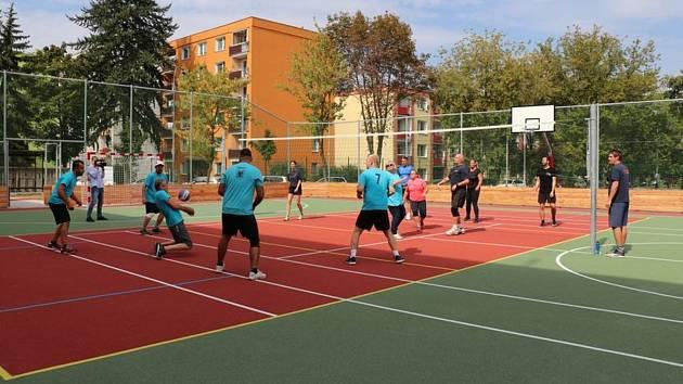 Nové hřiště U Tenisu v Přerově otestoval turnaj ve volejbale, do kterého se zapojili učitelé i radní.