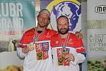 Přerovští Karel Plášek (vlevo) a Pavel Hanák dovezli zlaté medaile z inline hokejového MS veteránů v italském Bolzanu.