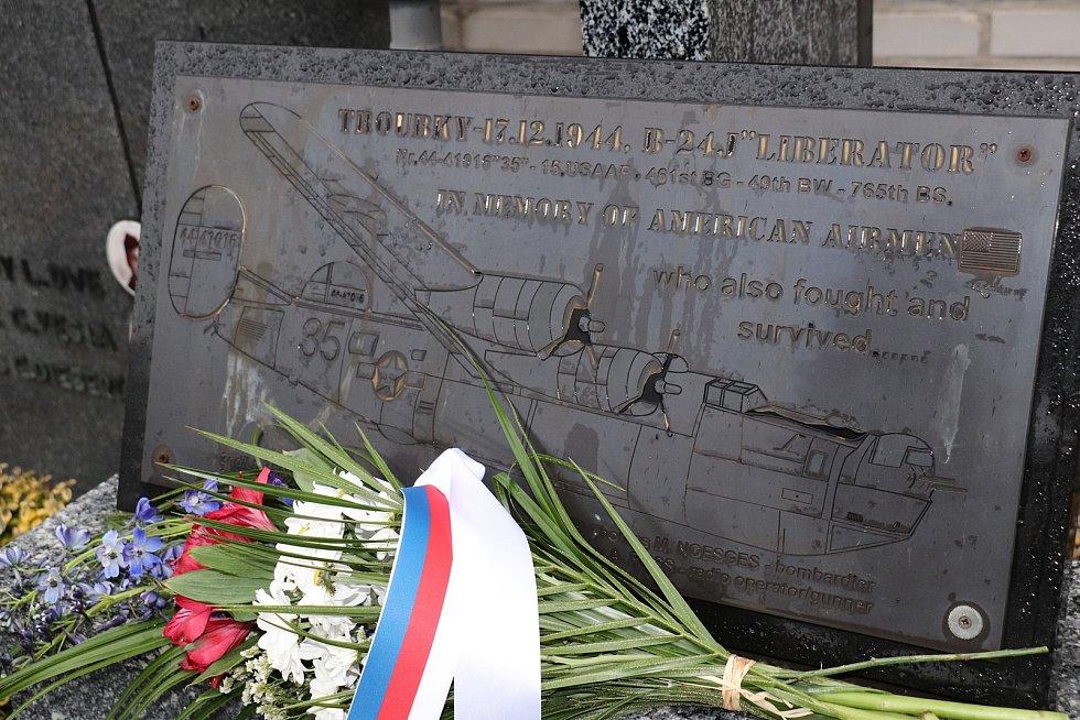Na oběti největší letecké bitvy nad Moravou, která se odehrála 17. prosince 1944, se vzpomínalo na několika místech - na hřbitovech v Přerově a Troubkách, ale i u památníku v Rokytnici.
