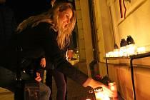 Zapálení svíčky u pamětní desky obětem komunismu na náměstí T. G. Masaryka v Přerově. 17. listopadu 1989
